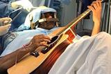 印患病男子开颅手术中弹吉他