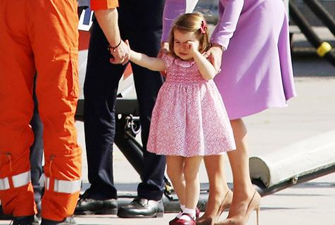 夏洛特公主摔倒哭着还和飞行员握手