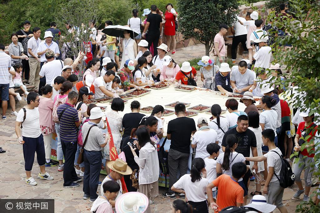郑州一景区举行千人虾尾宴 吃货们囧相百出