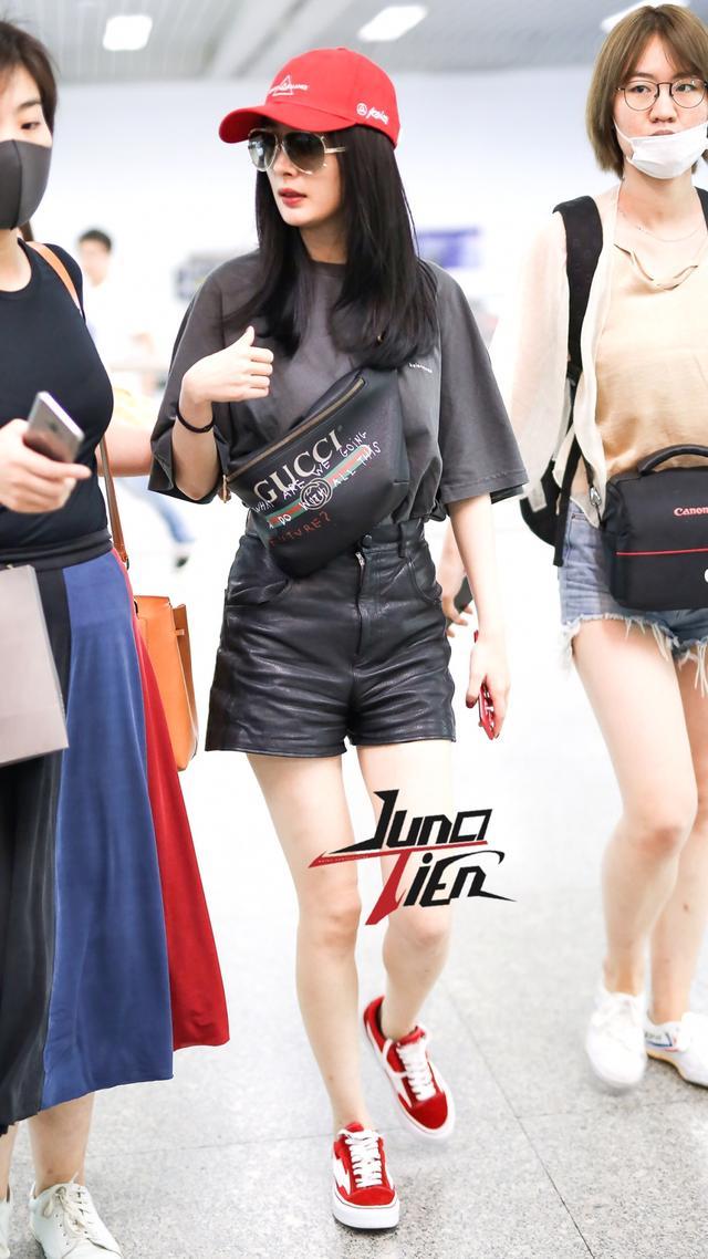 杨幂斜跨腰包秀的时尚,肯豆宋茜都玩了大半年了!