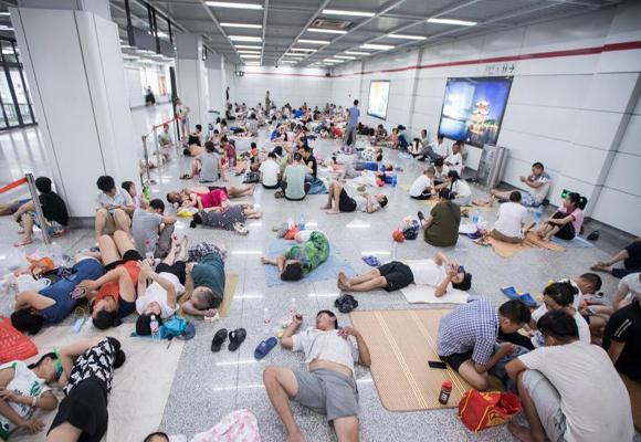 杭州持续40℃高温 大批纳凉族涌入地铁站