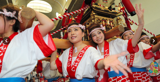 日本天神祭热闹非凡 80名美女抬神轿游行