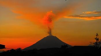 印尼锡纳朋火山喷发 色彩冲撞夺目宛如画