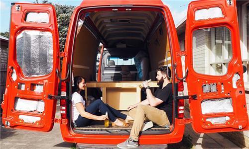 澳情侣改装货车成房车开启旅行流浪生活