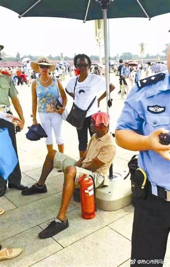 非洲游客天安门广场中暑 哨兵打电话急救