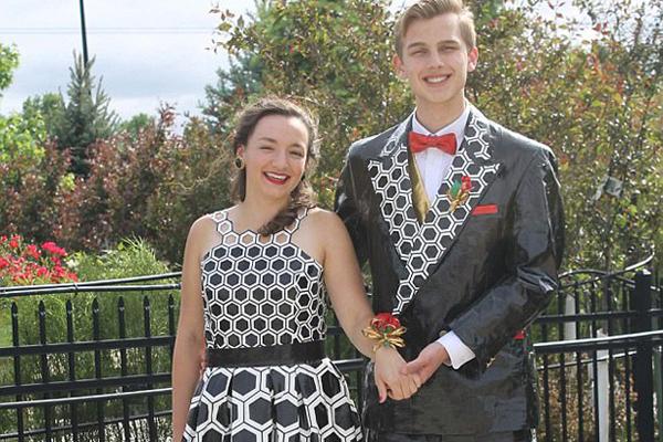 美学生用胶带制作舞会礼服赢得近7万元奖学金