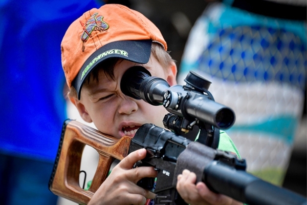 """俄罗斯军事版迪士尼正式开放 儿童排队体验""""杀人""""武器"""