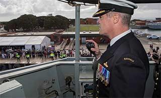 澳护卫舰返港 水兵亲友翘首以待