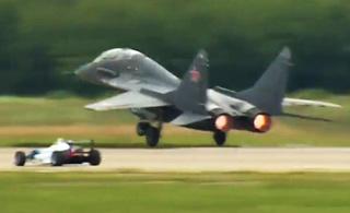 莫斯科航展上米格-29战机对决F1方程式赛车