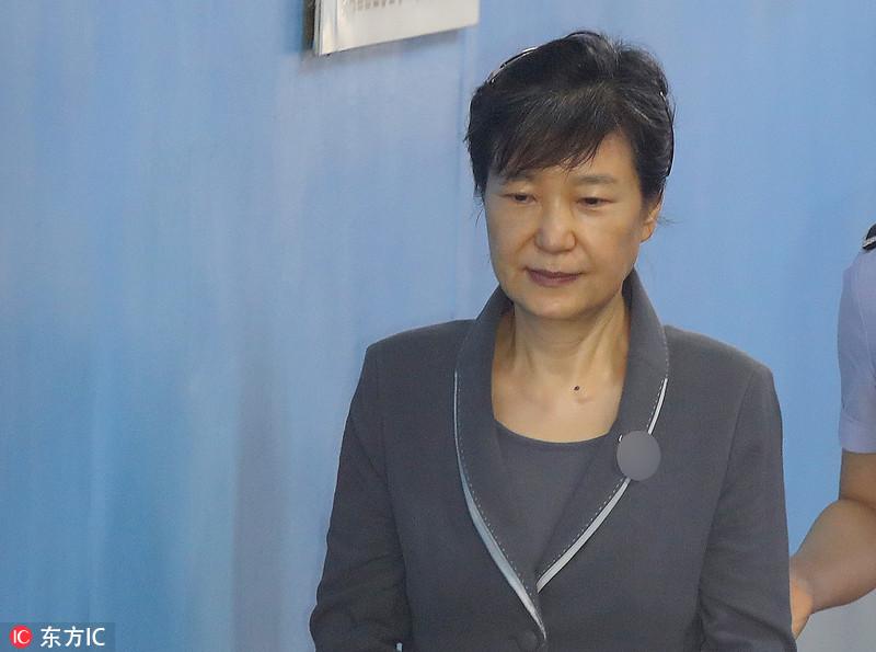"""朴槿惠再出庭闭目微笑 """"闺蜜""""崔顺实默然低头"""