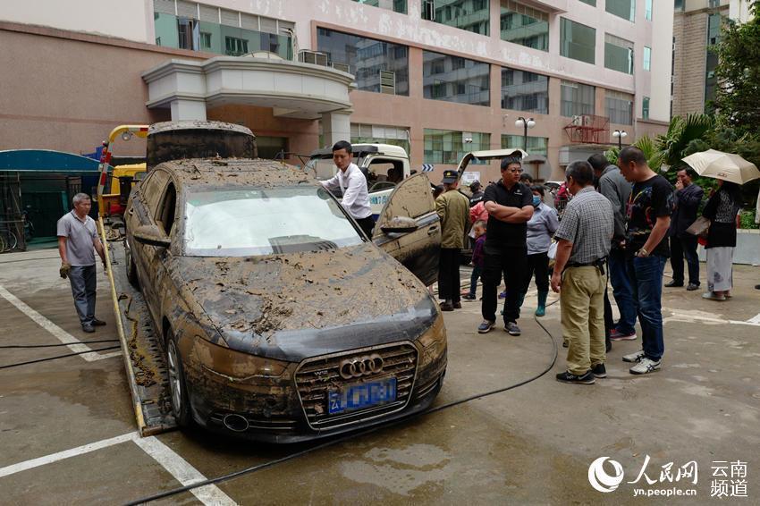 """昆明一小区83辆车被淹3天全报废 奔驰等豪车变""""水货"""""""