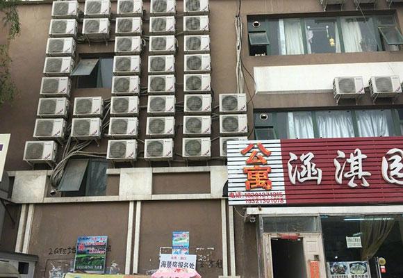 北京有群居房空调挂满墙