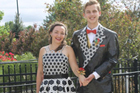 美学生用胶带制作礼服