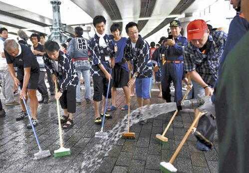 日本桥举行清扫活动 约1850人参与劳动