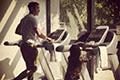 吴彦祖与爱女跑步机上锻炼 全程注视父爱满满