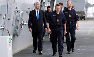 英国国防大臣视察英国最新航母