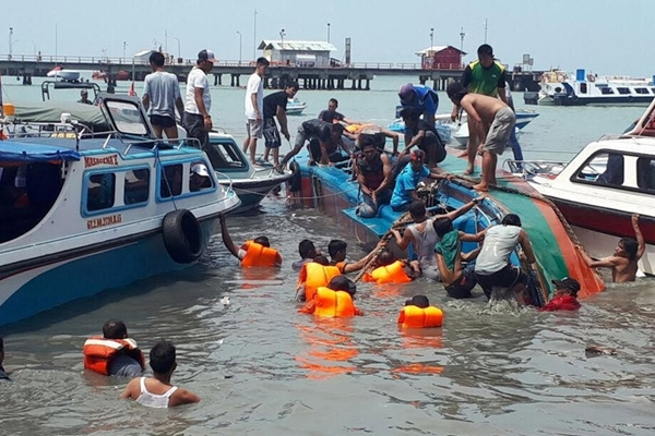 印尼一艘载47人快艇沉没 大部分乘客失联