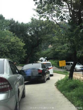 对此,八达岭野生动物园回应称,工作人员立即进行提醒并制止,希望游客