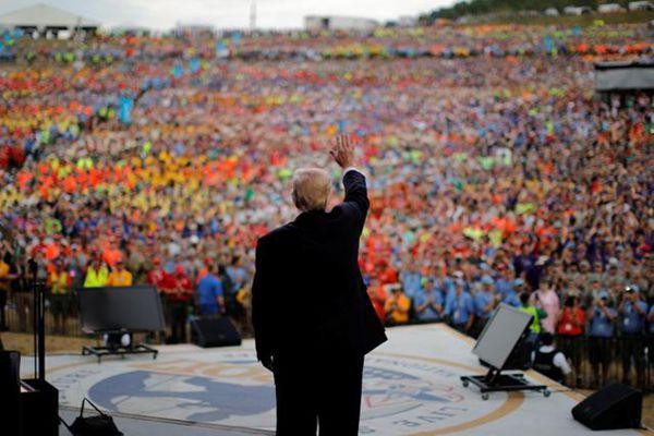 享受热情拥戴!特朗普赴西弗吉尼亚会4万童子军