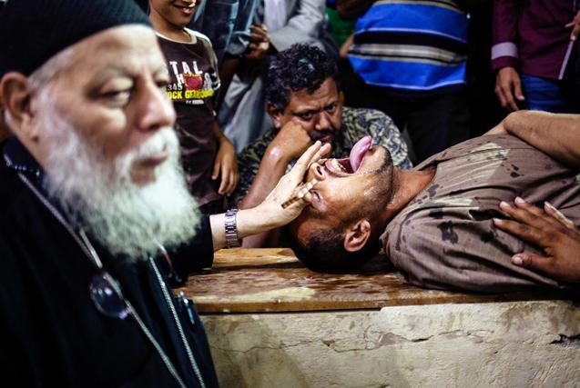 埃及开罗牧师举行驱魔仪式 场面震撼