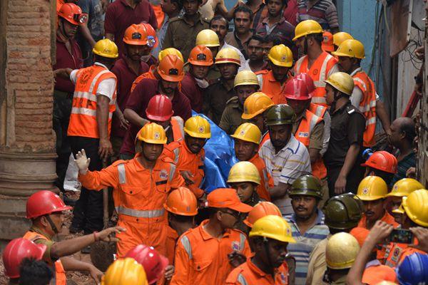 印度加尔各答一栋2层楼房发生倒塌 造成17人死亡