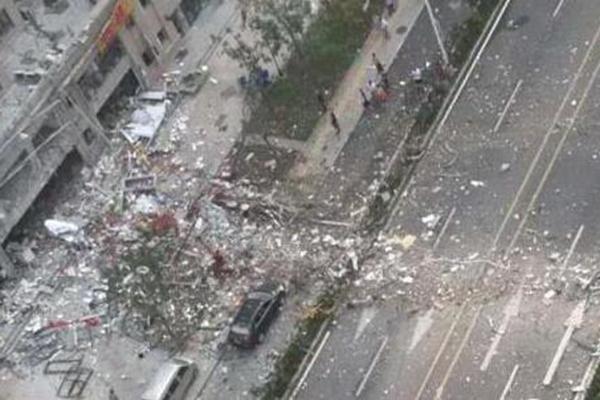 济南一饭店疑似煤气泄露发生爆炸 外墙被炸掉