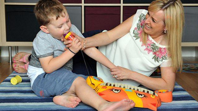 英国4岁男孩爱吃塑料 父母表示难以阻止