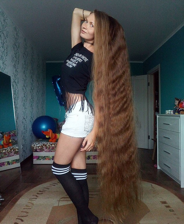 俄女子因打赌14年未剪发 头发长约1.5米
