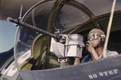 彩照重现志愿者为二战制武器场景