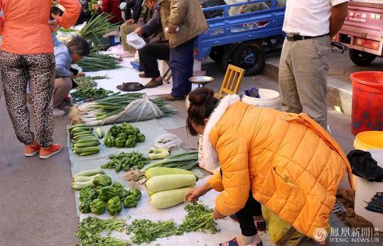 黑龙江的三伏天:人们裹棉袄出行