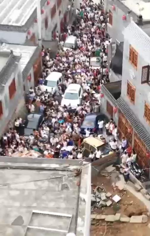 陕西榆林子洲县一水库溃坝 居民紧急登高逃离