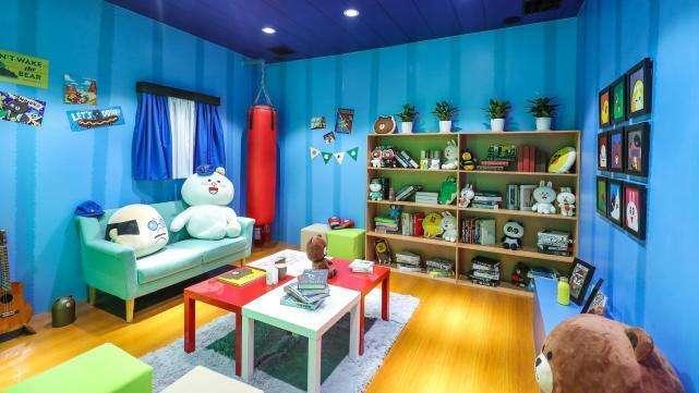 里面堆满了line friends的家族成员玩偶,加上极具巧思的房间布置,可爱