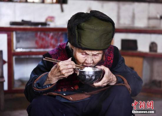 中国人平均预期寿命逐步延长 女性提高速度快于男性