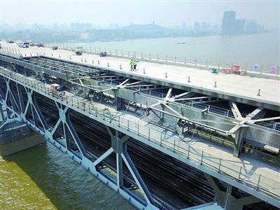 航拍长江大桥维修进展 旧桥面拆除已完成三成