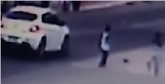 男孩被轿车撞飞仅擦伤