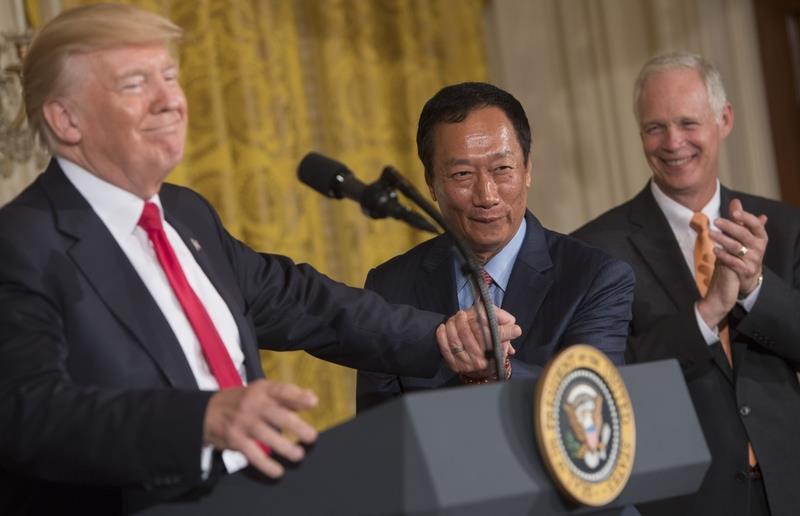 郭台铭将在美国威斯康星州投资100亿美元设厂 牵手特朗普召开记者会
