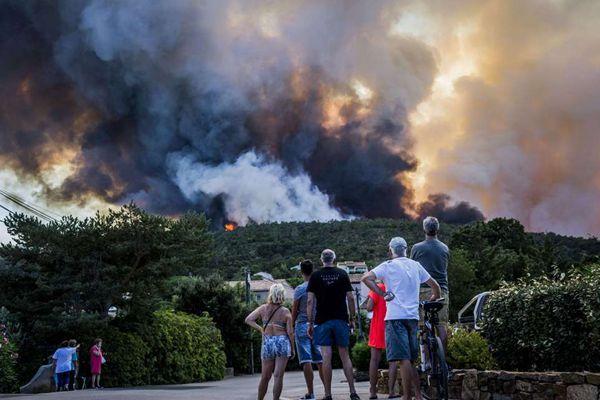 法国东南部森林大火蔓延 城市上空浓烟滚滚