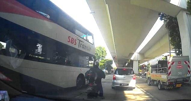 新加坡一辆巴士突然发动撞向摩托车 致3人受伤