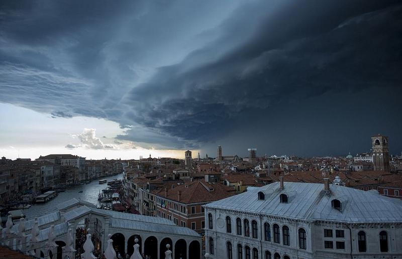 """暴风雨前奏!威尼斯上空乌云密布似""""末日来临"""""""