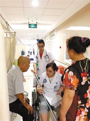轮椅女医生坚持工作走红:让患者满意再辛苦也值