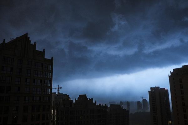 """西安降大雨 黑云压城如""""魔幻大片"""""""