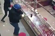 笨贼抢劫珠宝店砸不开玻璃柜