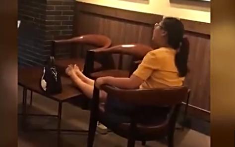 女子公众场合光脚搭餐桌