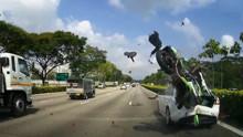 男子骑摩托车撞上抛锚车 后座乘客被弹飞