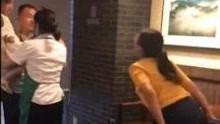 女子咖啡店内赤脚搭餐桌上 被斥后谩骂吐口水