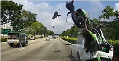 摩托车上乘客被弹飞