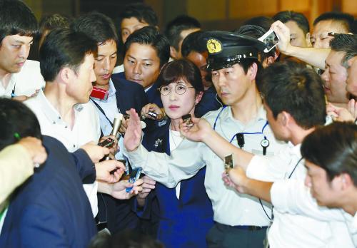 共同社27日称,稻田朋美决定辞去日本防卫大臣一职。图为当天稻田在记者包围下离开防卫省。