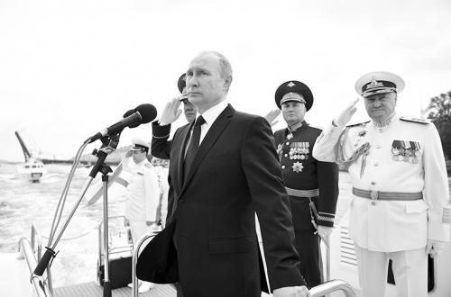 中国军舰现身俄海军节阅兵 普京出席并讲话