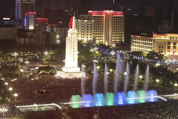 """八一广场数万群众庆祝建军90周年 高呼""""祖国万岁"""""""