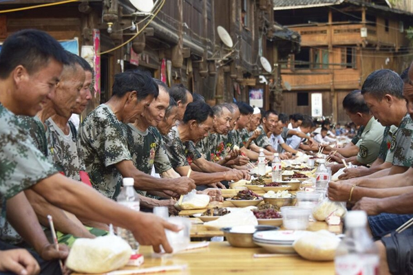 贵州从江摆侗族长桌宴 共庆建军90周年